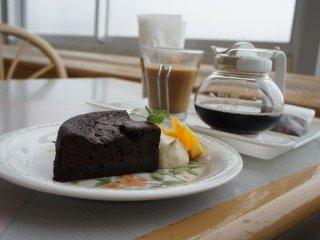 مقهى النعناع الكوبي داخل البيوت الزجاجية ، زيارة البيوت الزجاجية وزيارة المقهى حتماً سوف تجعلك تنسى ضغط العمل أيام الاسبوع .