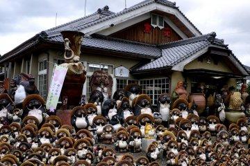 <p>Hundreds of small tanuki statues</p>