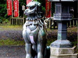 รูปปั้นสัตว์ประหลาดมีเขาตั้งอยู่ข้างๆโคมไฟเหล็ก