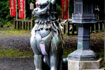 금속등 옆에 있는 이상한 뿔 달린 짐승의 동상