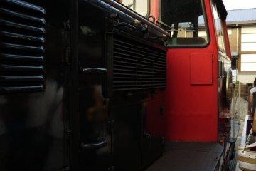 빨간색과 검은색 엔진이 '로맨틱 트레인'을 당긴다