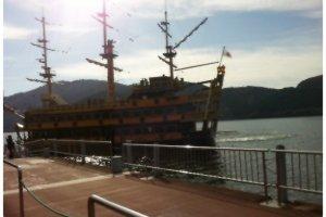 เรือโจรสลัดพาล่องตามเส้นทางทะเลสาบอาชิ