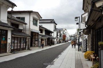 <p>ถนน Nakamachi-dori และบ้านทรงคุระสึกุริที่ทาด้วยสีขาวดำ</p>