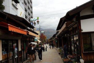<p>ถนน Nawate และบ้านไม้แบบเก่าในสมัยเอโดะ</p>