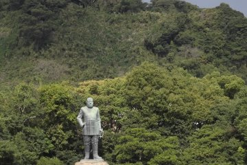 <p>Takamori Saigo from a distance, showing off just how bulky the statue is</p>