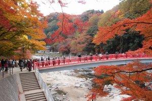 สะพานแดงข้ามแม่น้ำเป็นฉากประกอบได้ดีมากๆ