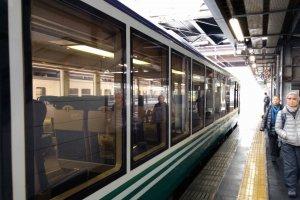 Những khung cửa sổ cực lớn để hành khách ngắm cảnh ở hai bên thân tàu