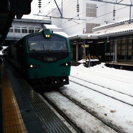 Từ Akita đến Aomori trên tuyến tàu Resort Shirakami