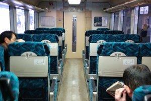 Ngay cả ghế ngồi hạng thường cũng cho phép hành khách ngắm cảnh thoải mái và có lối đi thông thoáng với chỗ duỗi chân rộng rãi