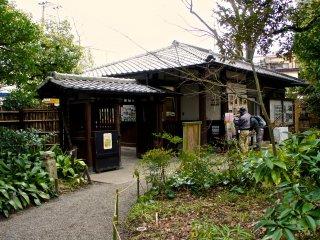 정원은 에도시대의 유일한 화원이라고 한다. 입장료는 150엔이다