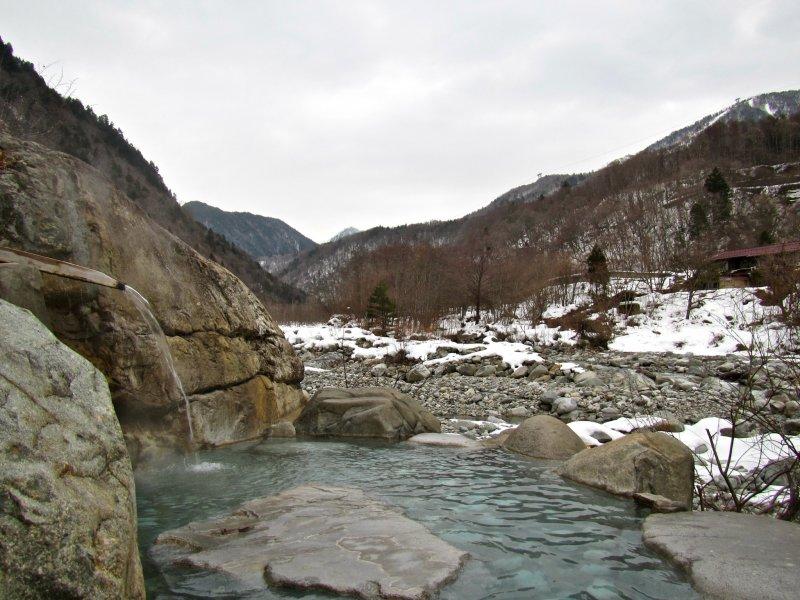 <p>มองไปทางเหนือจะเห็นกระเช้า Shin-Hotaka Ropeway อยู่บนเขาทางด้านขวา</p>  <p></p>