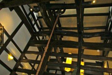 <p>ห้องรวมที่ไม่มีเพดานแสดงถึงงานก่อสร้างในยุคเอโดะ</p>  <p></p>
