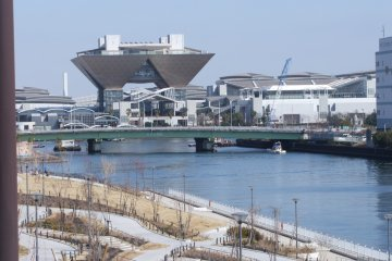 <p>ตั้งอยู่บนเกาะจำลองของ Odaiba</p>