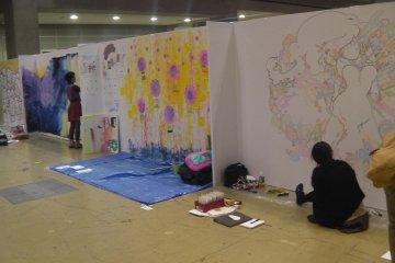 <p>ศิลปินกำลังสร้างงาน ในงาน Design Festa ซึ่งจัดขึ้นที่ Tokyo Big Sight แห่งนี้</p>