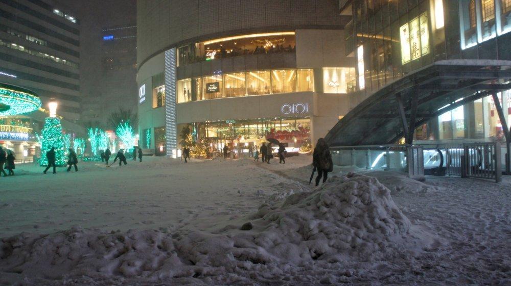 マルイデパート前もすごい積雪だ。この日買い物客は殆どおらず「雪の日にご来店頂きまして誠に有難うございます」と告げる放送が流れ続けていた