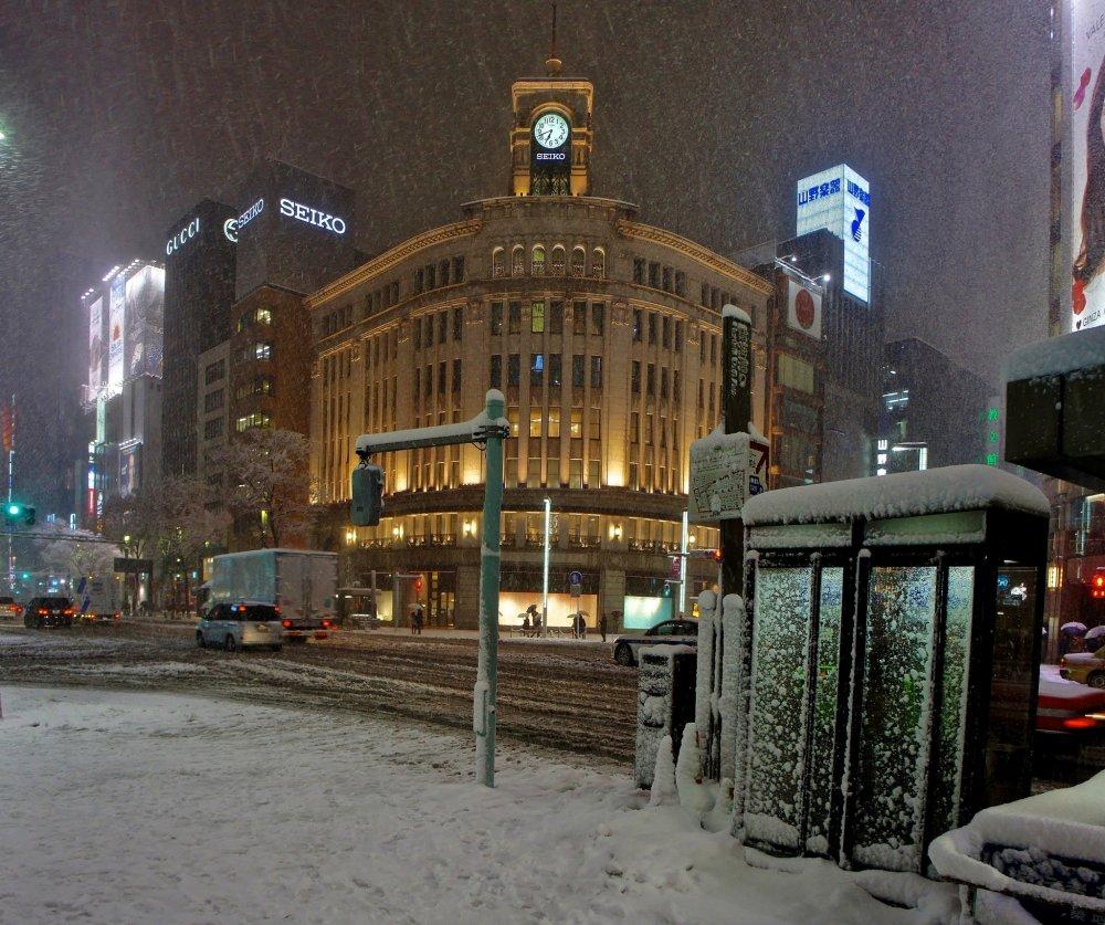 銀座で一番有名なビル、銀座和光ビルと有名な時計塔 (服部時計)も雪に覆われている