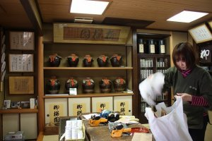 店内。正面に見える茶壺も現役で使われている