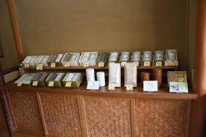 玉露や抹茶の商品棚