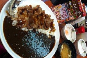 ข้าวแกงกะหรี่เนื้อย่างพร้อมไข่ออนเซนและซุปมิโซะ รสสัมผัสหวาน นุ่ม อร่อย ละลาย :))