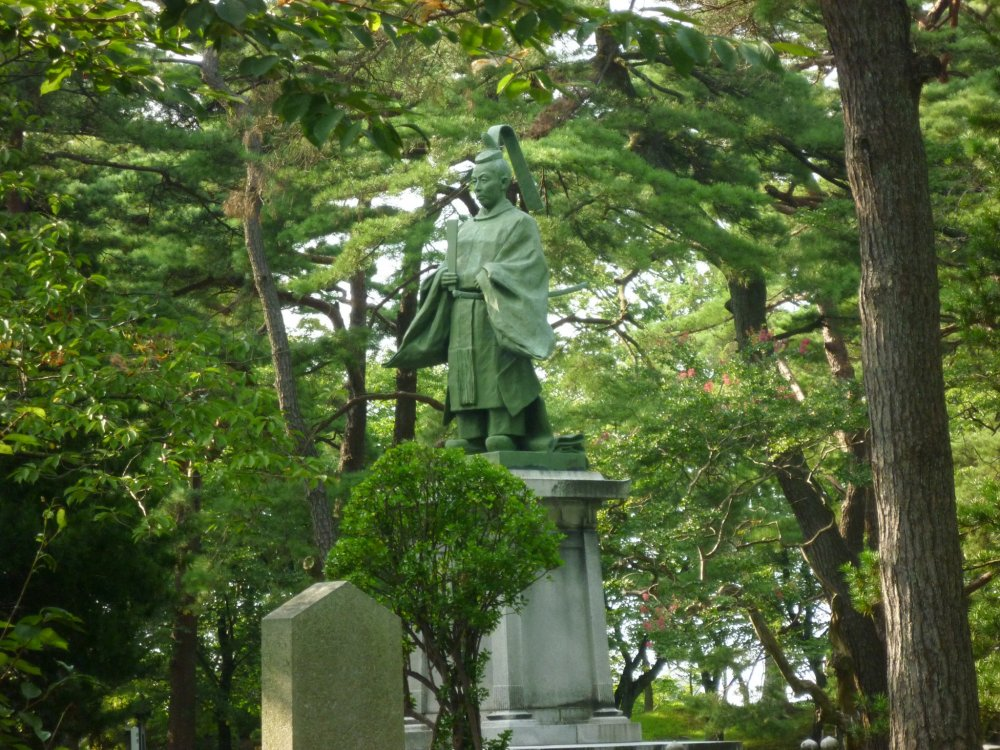 Senshu Koen (Sensu Park) was once home to a castle for the Satake clan, the  rulers of the region. In the park there are a number of shrines and a museum related to the Satake clan and the area around Akita City. This is a statue of Yoshiaki Satake.