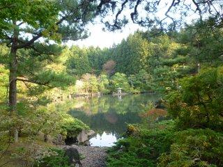 켄리쓰 코이즈미가타 공원의 코이 잉어 연못