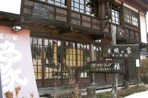 Quán cà phê/cửa hàng đồ tự chế nơi làm giấy từ gỗ …
