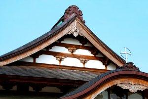 La croix et l'architecture traditionnelle japonaise à Notre-Dame d'Akita