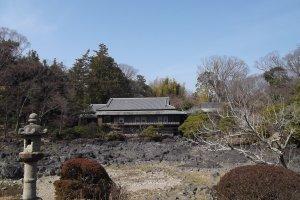 Khung cảnh nhìn qua ao nước cạn đến dinh thự Rakujyukan