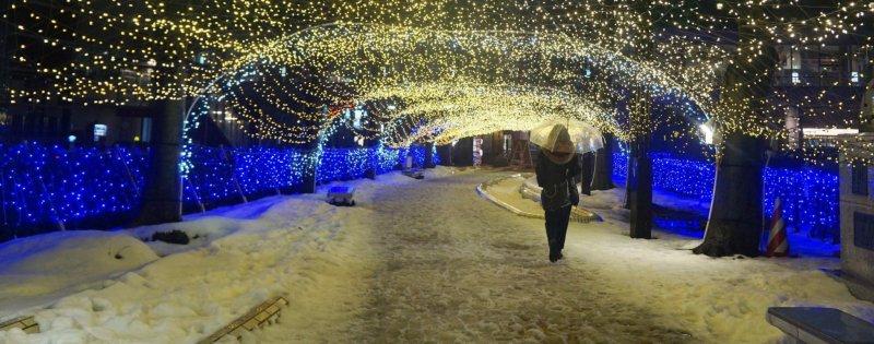 Улица Кавабата находится всего в 15 минутах ходьбы от станции Акита, которая превращается в зимнюю сказку