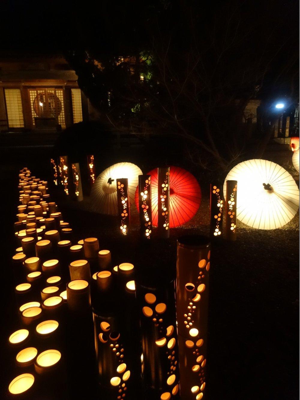 Ô và những ống tre thắp sáng khu vực xung quanh ngôi đền Yamaga
