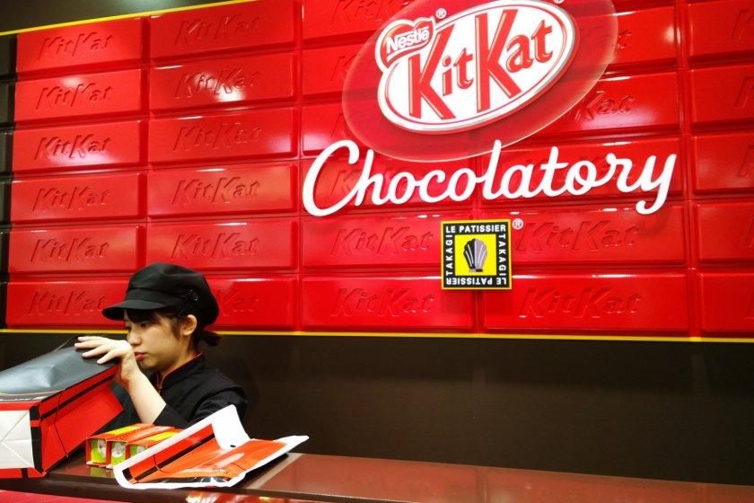 KitKat Chocolatory บูติกช๊อกโกแล็ตพรีเมี่ยมแห่งแรกของโลกภายใต้แบรนด์ KitKat ซึ่งเปิดตัวครั้งแรกที่โตเกียว ร้านแห่งนี้ตั้งอยู่ที่ชั้นใต้ดินห้างเซบุ (Seibu Department Store) ในย่านอิเคะบุคุโระ (Ikebukuro)