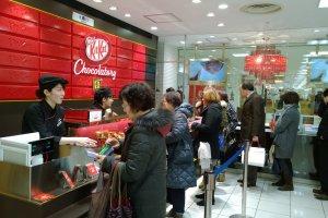 ลูกค้าของ KitKat นั้นมีทุกเพศทุกวัย เพราะความอร่อยของช็อกโกแลตนั้นไม่มีพรมแดนเรื่องอายุ :)