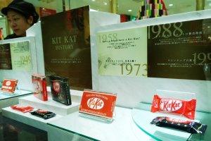 ระหว่างรอคิวก็สามารถชมนิทรรศการย่อยๆ เกี่ยวกับประวัติของ KitKat ได้ ซึ่งนิทรรศการเล็กๆ นี้จัดอย่างสวยงามอยู่ในตู้กระจกด้านข้างร้าน