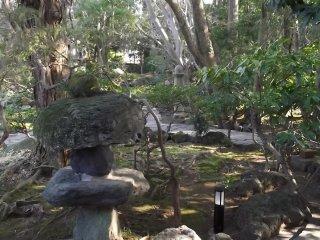 庭園に点在する石灯籠