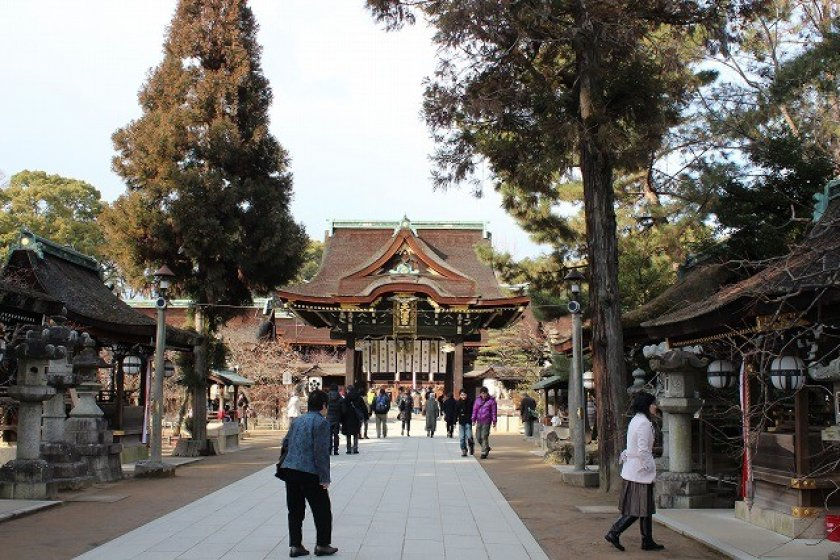 Along the path approaching the shrine, there are many shrines where worshippers can pray