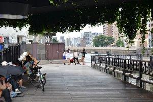 ใต้สะพานที่มีม่านไม้เลื้อยปกคุลมลงมา มีกลุ่มเด็กวัยรุ่นมาซ้อมเต้นกันอย่างสนุกสนาน