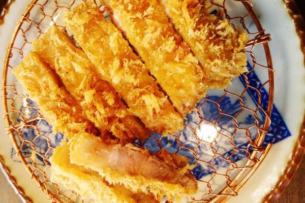 หมูชุบเกล็ดขนมปังทอดกรอบสีเหลือทองอร่ามเนื้อนุ่มชุ่มฉ่ำอร่อยน่าลิ้มลอง ซึ่งบูตะกูมิจะคัดสรรหมูชั้นดีจากทั่วญี่ปุ่นกว่า 57 ชนิดมาให้เราเลือกชิมตามชอบ ทอดกรอบด้วยน้ำมันงาคัดพิเศษที่ให้กลิ่นหอมกรุ่นและซึมเข้าไปในเนื้อหมูให้รสชาติอร่อยเฉพาะตัว