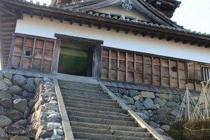 平山城の特徴であろう、天守閣へ至る石段はとても急傾斜だ