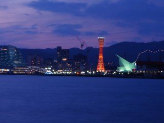 Alongside Minato Ijinkan, mostly on weekends, you can see many anglers with their fishing lines. In the evening, the view to the other side towards the Port Tower of Kobe is also wonderful.