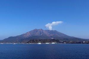 เสน่ห์ของภูเขาไฟซากุระจิม่า นักท่องเที่ยวมีโอกาสเห็นควันลอยออกมาจากปล่องทุกวัน เนื่องจากเป็นภูเขาไฟที่ยังไม่สงบ