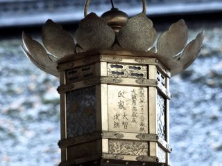 A lantern in front of a roof covered in frost was extremely beautiful