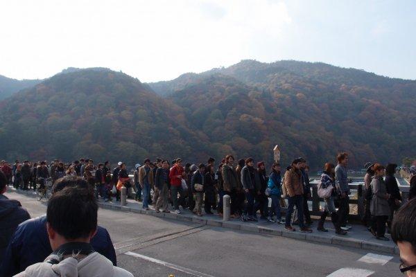 ผู้คนมากมายที่สะพาน Togetsukyo เพื่อชมใบไม้ร่วง