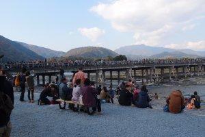 ผู้คนมากมายมานั่งชมบรรยากาศฤดูใบไม้ร่วง
