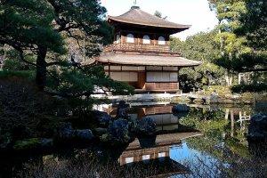 Ginkaku e o seu reflexo no lago. Originalmente, estava pintado de branco e brilhava em belos tons de prateado sob a lua cheia