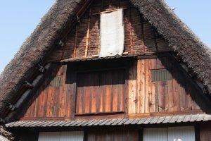บ้านไม้หลังโตแห่งเมืองชิรากาว่า (Shirakawa) นี้มีเอกลักษณ์สำคัญอยู่ที่หลังคาบ้านซึ่งทำมาจากการมุงหญ้าแห้งอันแน่นหนาและแข็งแรง (ถึงขนาดป้องกันความหนาวและรับน้ำหนักหิมะได้) อันเป็นภูมิปัญญาญี่ปุ่นโบราณที่สืบทอดมาจนถึงปัจจุบัน