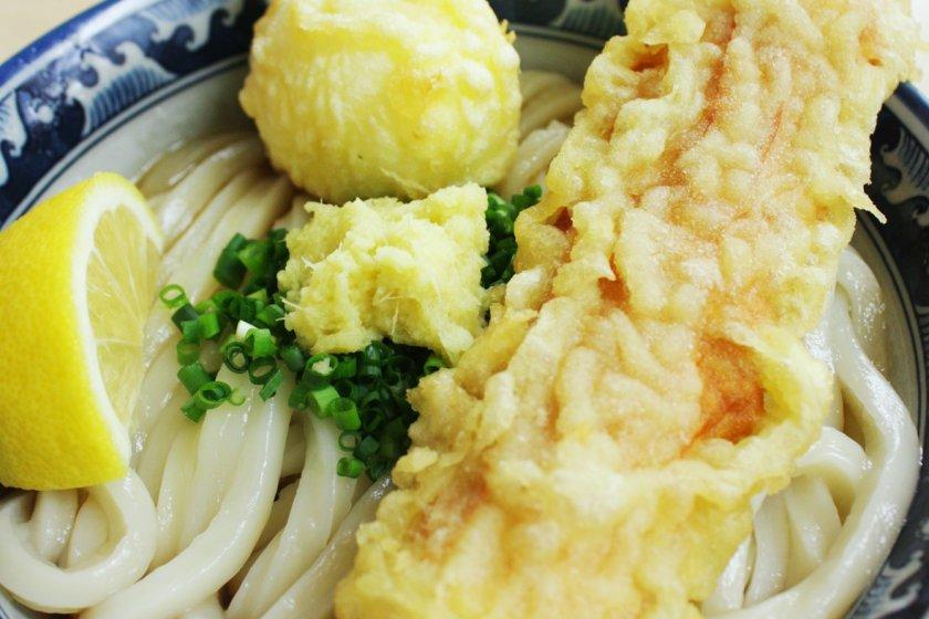 ชิกุดามะเท็น บูคคาเคะ (Chikudamaten Bukkake) อุด้งแบบน้ำซุปขลุกขลิก พร้อมชิกุวะชุบแป้งทอด (ลูกชิ้นปลาแบบญี่ปุ่น) ขนาดยักษ์ชุบแป้งทอด และไข่ยางมะตูมชุบแป้งทอด ตบท้ายด้วยแซมรสเปรี้ยวของมะนาวเลม่อน ซึ่งนี่คือความอร่อยแบบฉบับต้นตำรับที่สร้างสรรค์ขึ้นโดยร้านคามาตาเกะ อุด้ง (釜たけうどん /Kamatake Udon)
