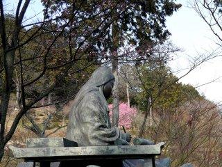 산허리에 있는 무라사키 시키부 동상