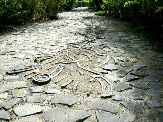 Черепицы затем повторно используется для дорог и стен. Дорожки вокруг музея также украшены черепицей.