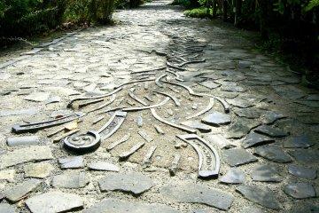기와들은 종종 길과 벽에 재활용된다. 박물관 주변의 오솔길에는 기와가 놓여 있다