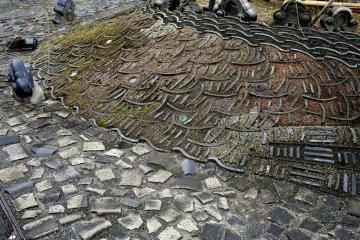 부서진 타일들은 자갈처럼 놓여져 있었고, 가장자리에 놓여진 기와 옆에 놓여져 패턴을 형성했다